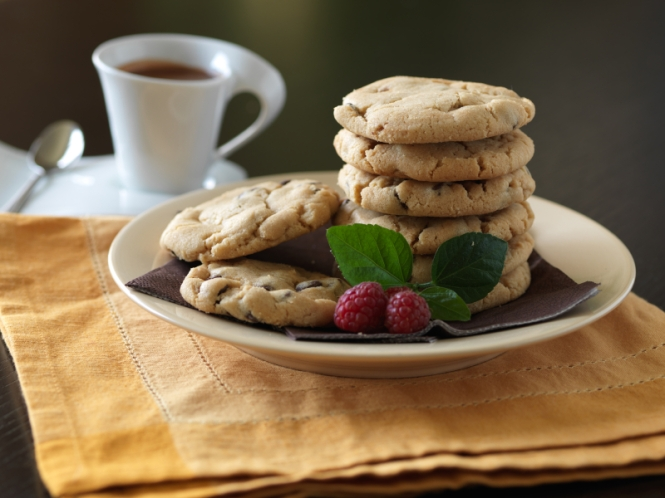 Fesh Chocolate Chip Cookies with Rapsberries and Hot Chocolate
